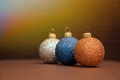 蓝色,银,金黄圣诞节球是根据阳光 免版税库存图片