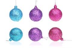 蓝色,紫色和桃红色xmas球 在隔绝的圣诞节装饰品 库存照片