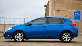 蓝色2013年丰田卡罗拉在停车场 免版税库存照片