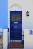 蓝色绘了金属门,英国房子入口 免版税图库摄影