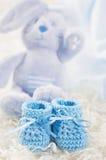 蓝色婴儿钩针编织鞋子 库存照片