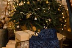 蓝色经典圆点蝶形领结、链扣、人` s围巾和脖子领带在木当前箱子 库存图片