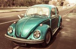 蓝色经典汽车大众甲壳虫 免版税库存照片