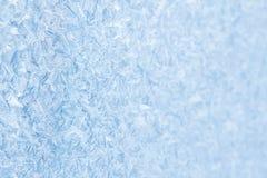 蓝色结冰的窗口圣诞节背景 免版税库存照片