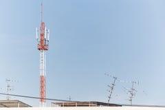 蓝色移动电话上升天空塔 库存照片