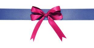 蓝色织品丝带和紫罗兰在白色背景鞠躬 库存照片