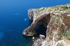 蓝色洞穴在马耳他, Zurieq,旅游目的地在马耳他,对蓝色洞穴的看法在好镇静晴朗的夏日,假日在马耳他 免版税库存照片
