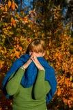 蓝色围巾妇女 免版税库存照片
