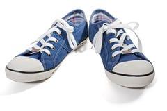 蓝色画布运动鞋 免版税图库摄影
