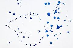 蓝色水彩油漆在白色削皮刀弄脏作为背景 免版税库存图片