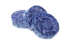 蓝色洗手间擦净剂片剂 免版税库存照片
