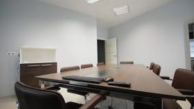蓝色主持会议室表木头 一间空的会议室的内部射击 滑子移动式摄影车轨道 影视素材