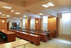 蓝色主持会议室表木头 免版税库存照片