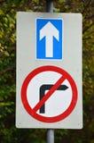 蓝色直接和没有向右转的路标 免版税库存照片
