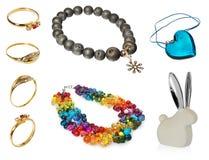 蓝色水晶心脏垂饰、兔宝宝耳朵有银的,项链与橄榄色的小珠,项链与色的水晶和小珠,金戒指 免版税库存图片