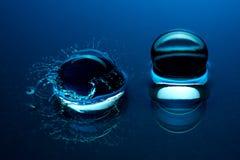 蓝色水晶球-飞溅在水中 免版税图库摄影