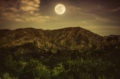 蓝色黑暗的夜空美丽风景和多云在moun上 库存图片