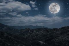 蓝色黑暗的夜空风景与许多星的和多云 免版税库存照片