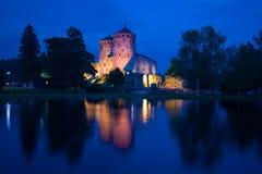 蓝色8月夜的中世纪Olavinlinna堡垒的看法 古老芬兰堡垒olavinlinna savonlinna日落 库存图片