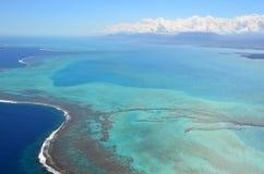 蓝色绿松石新喀里多尼亚盐水湖鸟瞰图  库存图片