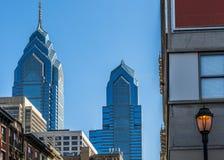 蓝色玻璃大厦有蓝天背景 免版税库存照片