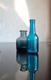蓝色玻璃瓶 免版税图库摄影