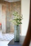 蓝色玻璃花瓶 库存图片