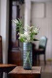 蓝色玻璃花瓶 免版税库存照片