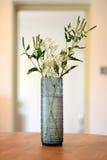 蓝色玻璃花瓶 免版税库存图片