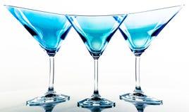 蓝色玻璃马蒂尼鸡尾酒 免版税图库摄影