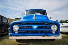 蓝色1953年福特F-100卡车 库存照片