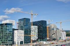 蓝色建筑用起重机天空摩天大楼 免版税库存图片