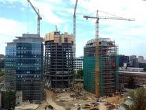 蓝色建筑用起重机天空摩天大楼 免版税库存照片