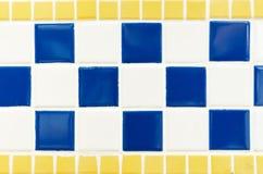 蓝色黄色和白色瓦片墙壁高分辨率真正的照片 免版税库存图片