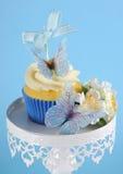 蓝色蝴蝶题材杯形蛋糕 图库摄影