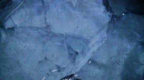 蓝色破裂的冰背景 图库摄影
