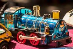 蓝色黄铜葡萄酒玩具火车 库存照片