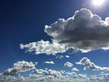 蓝色滑雪多云天 库存图片