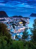 蓝色Alesund在半夜12点以后在夏天 免版税库存图片