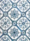 蓝色azulejos,老瓦片在老镇里斯本,葡萄牙 库存照片