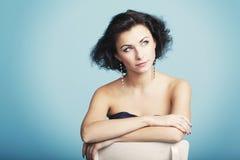 蓝色backround的美丽的女孩 库存图片