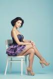 蓝色backround的美丽的女孩 免版税图库摄影
