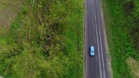 蓝色BMW x2 2018徽章盾,在绿色领域空中射击图08的商标 10 2108利沃夫州乌克兰 股票录像