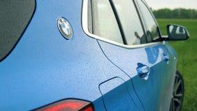 蓝色BMW x2 2018徽章盾,在绿色领域08的商标 10 2108利沃夫州乌克兰 影视素材