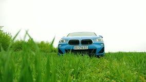 蓝色BMW x2 2018徽章盾,在绿色领域08的商标 10 2108利沃夫州乌克兰 股票录像