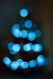 蓝色bokeh圣诞树 免版税库存照片