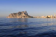 蓝色calpe ifach山penon海运 库存照片