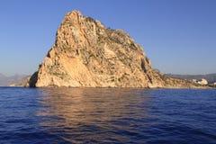 蓝色calpe ifach山penon海运 免版税图库摄影