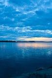 蓝色cloudscape湖 免版税库存照片