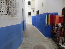 蓝色coridor在Chaouen 库存图片